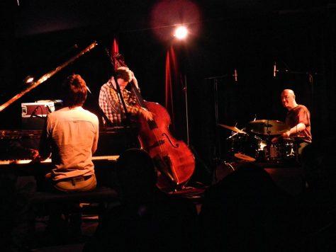 Musiciens: piano, contrebasse, batterie