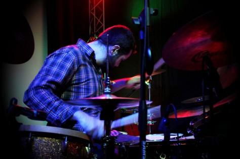 Antony Soler jouant de la batterie